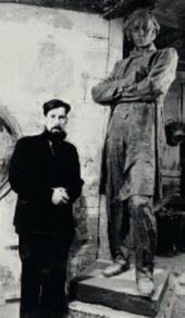 Alexander Kibalnikov at the sculpture of Nikolai Chernyshevsky. Saratov